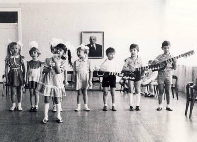 Barn under Lenin-porträtt