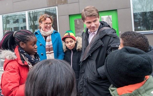 Erik Ullenhag med barn