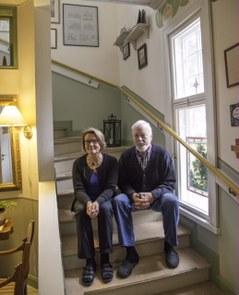 Gunnel Helander och mannen i trappan