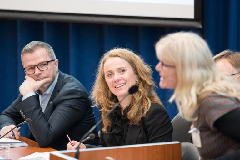 Foto: Jan Richard Kjelstrup/ASD.Til venstre: statssekretær Morten Bakke. Til høyre: Eli Svardal fra Kirkens Bymisjon, Lønn som fortjent.